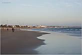Волны океана накатывают на много метров... *
