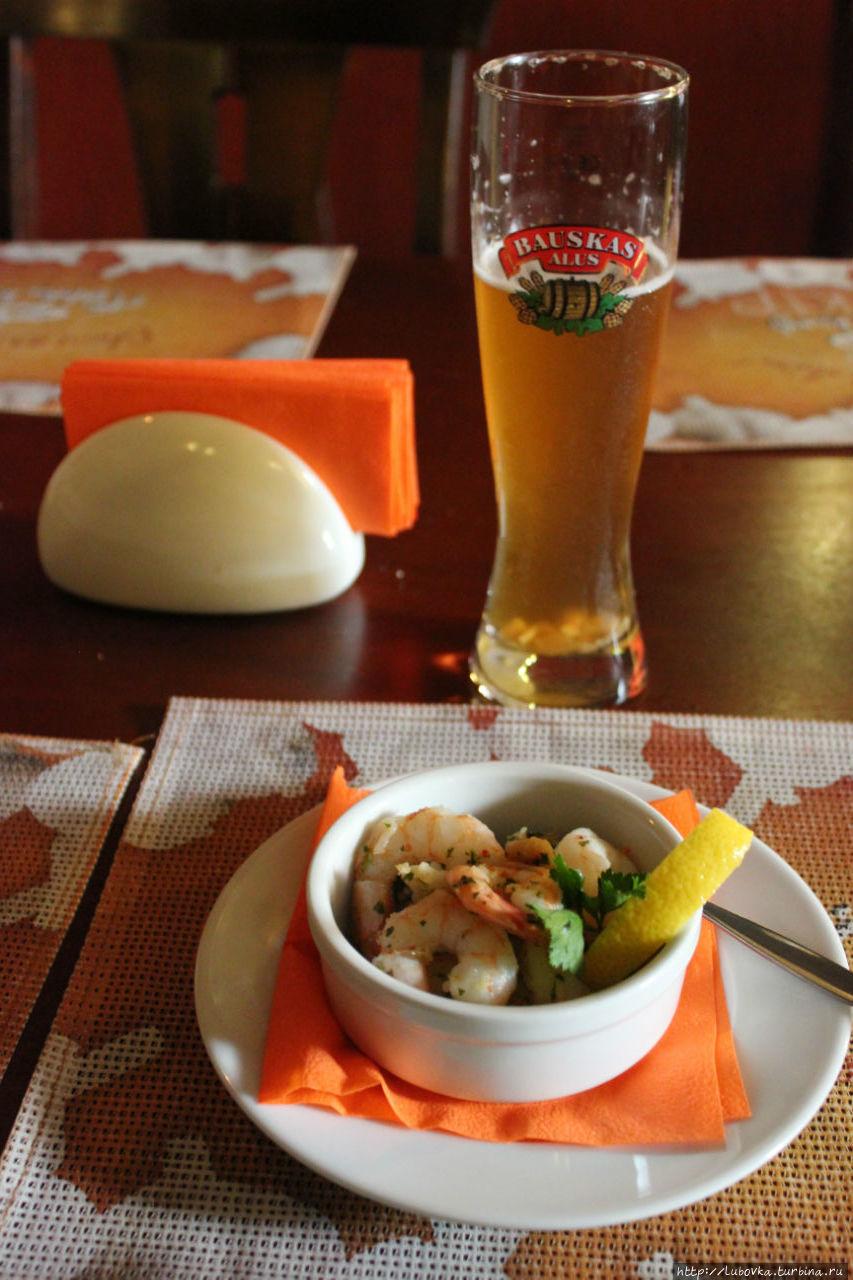 Креветки жареные в чесночном масле и латвийское пиво Bauskas с резаным чесноком.