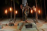 памятник нац. герою Гавайев — превому чемпиону Мира по серфингу