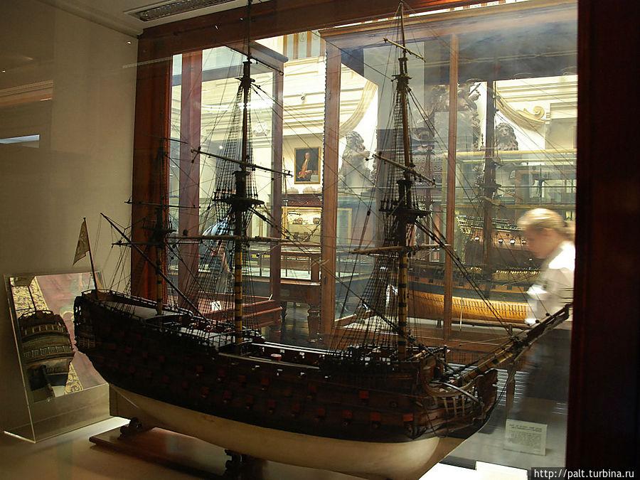 Моделей кораблей в музее не счесть. У больших моделей мачты лежат рядом — не помещаются в высоту.