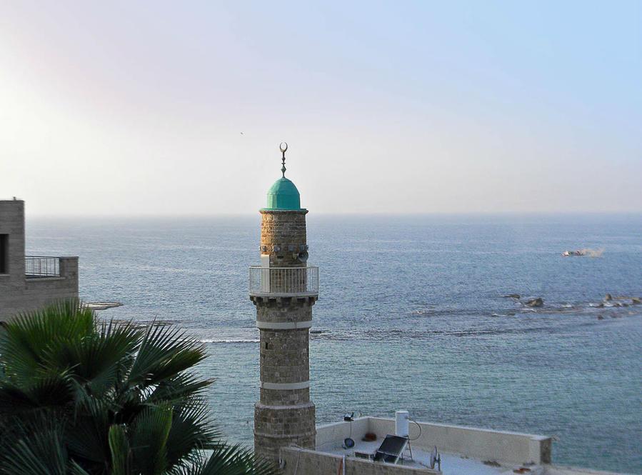Вид на скалу Андромеда и Морскую мечеть Яффо, Израиль