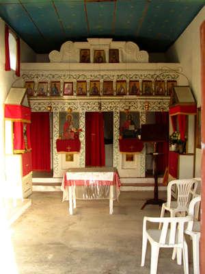 В небольшом помещении, выстроенном на развалинал иногда проводятся службы.