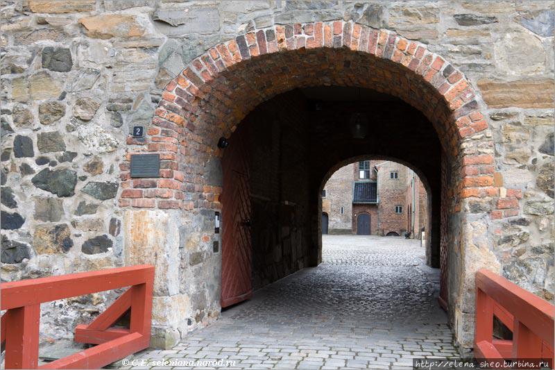 13. В музей я не пошла, а вместо этого пришла ко входу в главную часть Акерсхуса, которую называют замком. Арка находится в северном крыле замка и ведёт в его внутренний двор.