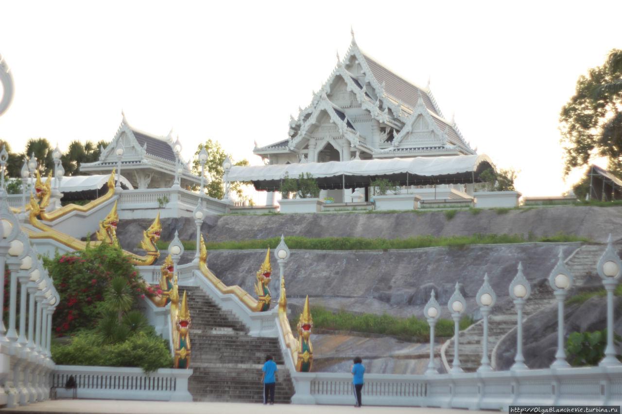 Буддийский храм белого др