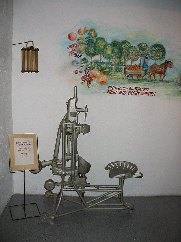 Экспонат музея — машинка для закупоривания бутылок