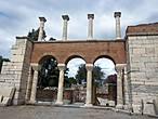 В настоящее время установлены часть колонн и порталов и, при наличии фантазии, можно представить  себе какой она была необычной и красивой.