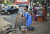 Выйдя из собора, попадаешь словно в другую реальность, — на улице простые индийцы занимаются повседневными делами... *