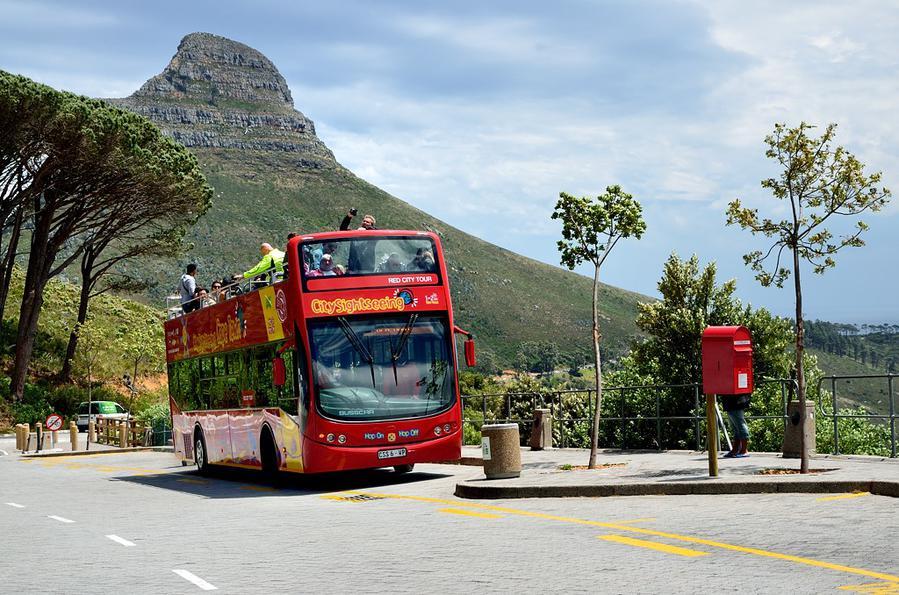 Красный автобус у Столовой горы