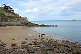 Небольшой и очень уютный пляж St.Enogat, откуда можно подняться по ступенькам на верхнюю панорамную тропу.