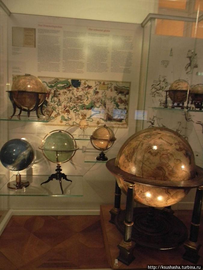 Вот такие разные глобусы звездного неба и карта его же на заднем плане