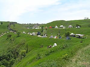 В этих палатках жили участники.