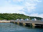 ПЭС «Ля Ранс», имеет протяжённую плотину, её длина составляет 800 м. Плотина также служит мостом, по которому проходит высокоскоростная трасса, соединяющая города Сен- Мало и Динар.