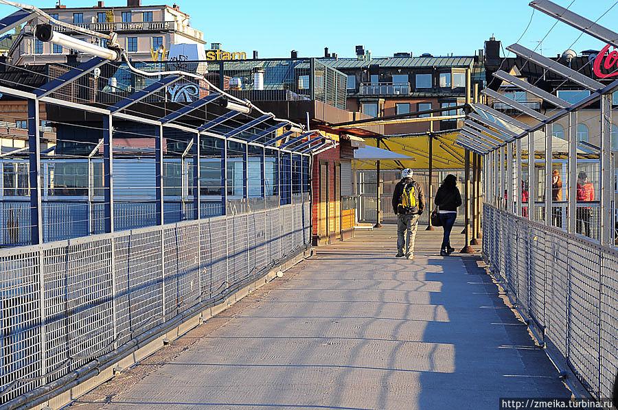 Сам мост, он же смотровая площадка, выглядит довольно просто. Разбита на две части уличными столиками ресторана.