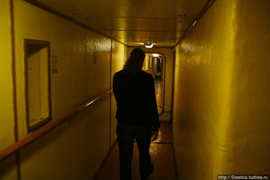 те самые мрачные коридоры, где и сейчас живут люди, занятые обслуживанием судна