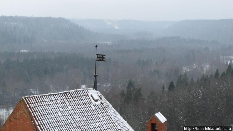 Смотровая площадка действует в круглой башне замка, откуда открывается обширная панорама на голубые холмы Гауи. Сигулда, Латвия