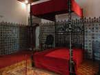 спальня отделана азулейжу с выпуклым изображением  виноградных листьев