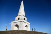 Вот и сам обелиск. Построен в 1742 году полковником Джоном Мапасом, местным землевладельцем. Надо заметить, что заказом на строительство он весьма помог местным мужикам, поскольку в том году был неурожай и голод. Говорят, что возвышение, на котором стоит обелиск, это курган эпохи неолита.