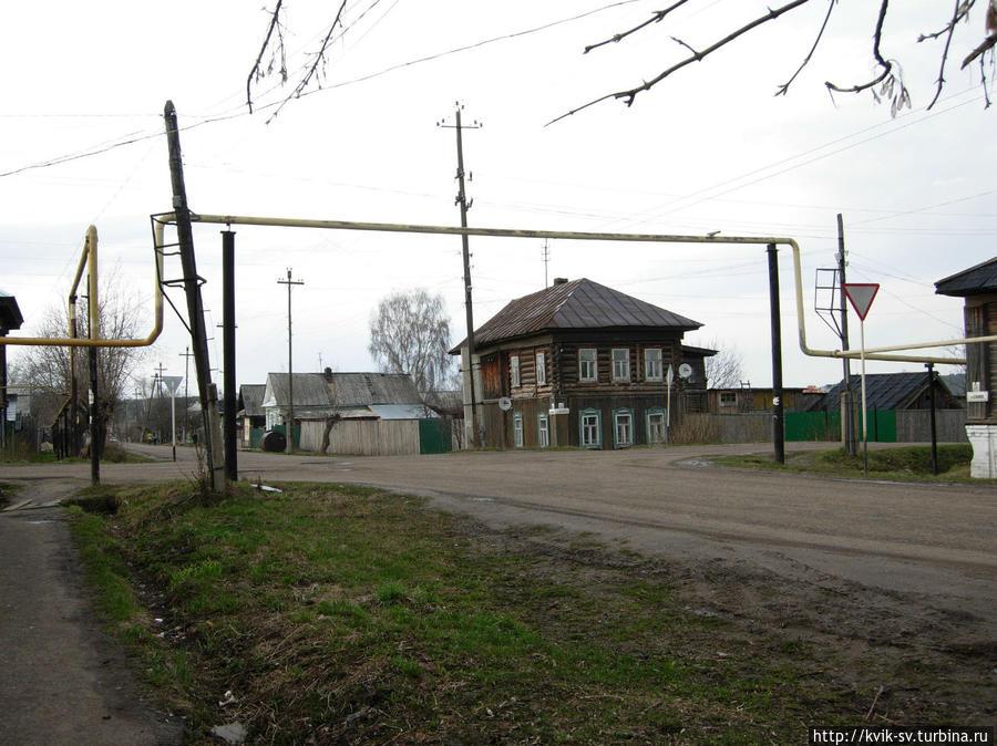 Позади  перекресток  улицы  Дрелевского  и  Елкина.  Мы свернули  на  улицу  Елкина, по  ней  мы  пойдем  к  центру. Уржум, Россия
