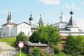 Монастырь выстроен на холме меж двух озёр — Бородаевского и Паского, которые соединяет маленькая речка Паска (перед монастырем деревянный мост). Само село Ферапонтово расположено, преимущественно, на противоположном от монастыря берегу реки. Монастырь доминирует над окружающей местностью. Благодаря своим камерным размерам и изящному стилю он не подавляет величием, как его ближайший сосед — Кирилло-Белозерский монастырь.