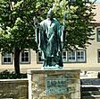 Памятник епископу Бернварду — первому из саксов, канонизированному христианскому святому. Вошёл в историю не только как святой, но и как основатель знаменитой хильдесхаймской школы искусств, из которой вышли замечательные живописцы, скульпторы, золотых дел мастера и оформители книг.