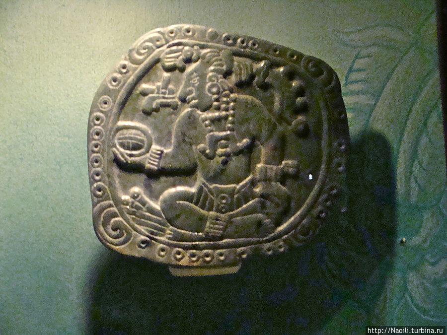 барельеф Кан Б'алан, царя майя, который получил трон в 48 лет после долгого ожидания, в 648 году,  и свои оставшиеся  18 лет правления посвятил созданию архитектурных шедевров