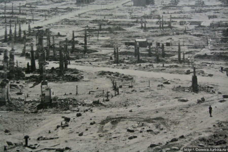Во время второй мировой войны Мурманск пострадал едва ли не больше всех, уступив эту сомнительную пальму первенства только Сталинграду. В итоге почти весь город был разрушен авиаударами. После одной из бомбардировок в 1942 году почти все деревянные здания сгорели.