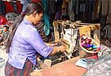 Характерная для женщин-тамангов одежда — полосатые накидки на юбку сзади, которые они сами же и ткут