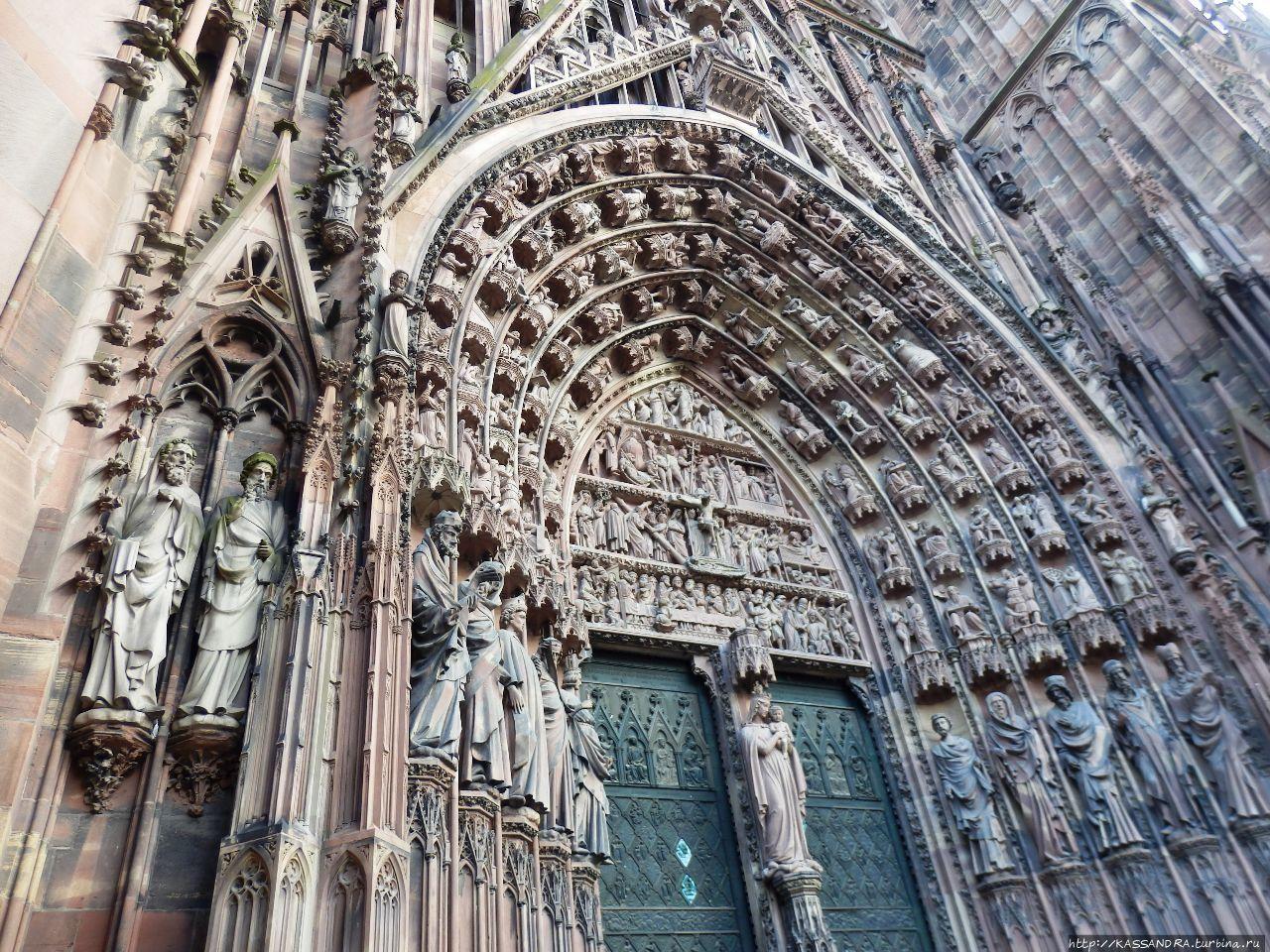 Сладкая парочка у стен  Страсбургского собора Страсбург, Франция