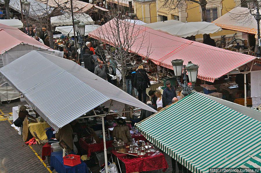 рынок отделен высокой баллюстрадой от прочих улиц и в одном месте, прямо по центру на нее можно забраться чтобы запечатлеть вид на рынок сверху