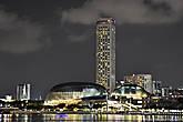 На пути повстречалась такая оригинальная архитектурная композиция. На самом деле, два здания с куполообразной блестящей крышей – это сингапурский театр «Эспланада», напоминающий собой две половины самого скандального азиатского фрукта — дуриана.