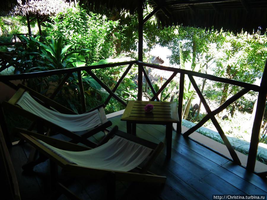 У каждой виллы вот такой балкончик для посиделок. Здесь мы вечером сидели и пили ром. Здесь я писала свои мысли о Мадагаскаре. Здесь я расслабилась, наконец ))