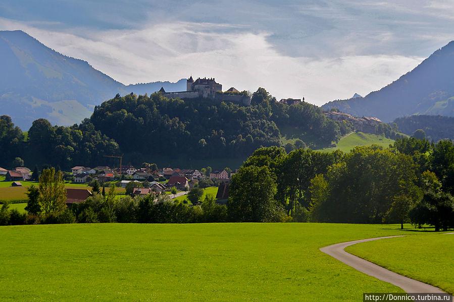 Замок Грюер, который хорошо отовсюду виден на вершине холма.