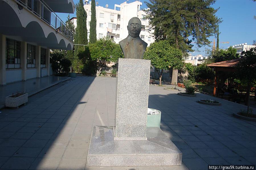 Evriviades О. Antoniadis Statue