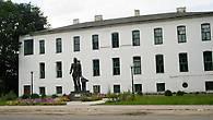 Есть в Торопце и современный памятник – памятник Учителю.