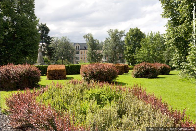 33. Эта часть дворцового парка радует глаз своим ухоженным видом. Вдалеке видим скульптуру.
