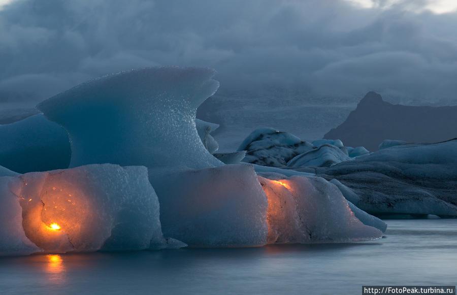 Шоу фейерверков в Ледяной Лагуне (Jokulsarlon) Йёкюльсаурлоун ледниковая лагуна, Исландия