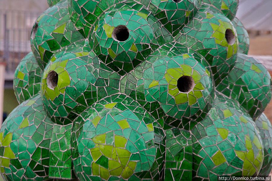 разные оттенки зеленого вот в этой булькающей шишке... что это? хлорофилловый фотосинтез? ... ))