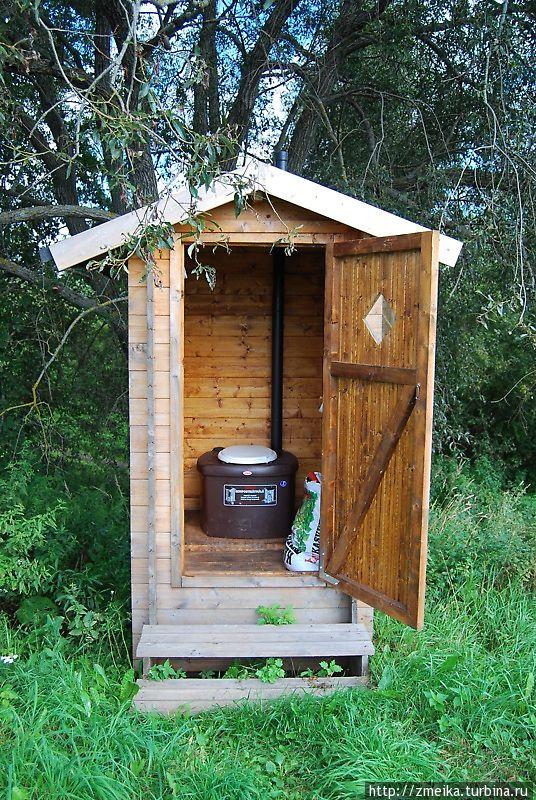А вот и чудесный туалет. Посреди леса биотуалет с рулончиком мягкой трехслойной бумаги — ну разве не прелесть? :)