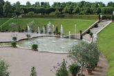Центральная часть парка —  каскад с водными каналами и фонтанами, вписанный в окружение из зелёных насаждений самый причудливых форм.