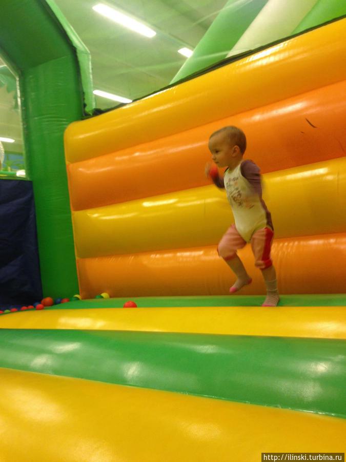На батуте и взрослому интересно поваляться/попрыгать.