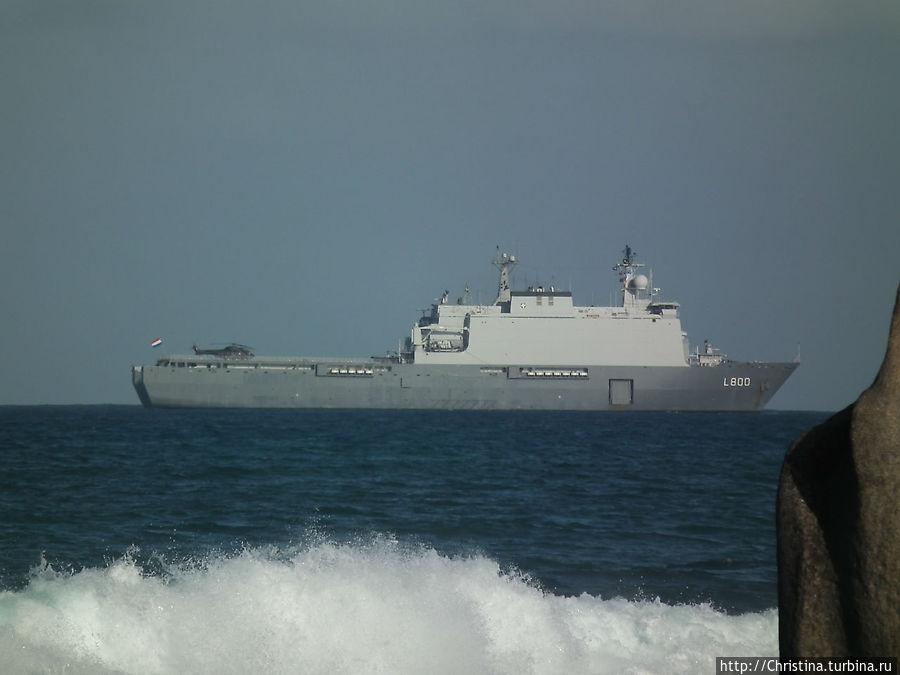 Военный корабли США заходят сюда на отдых. Так говорят, по крайней мере ... пиратов вроде ловят около Сомали. А здесь — отдыхают.