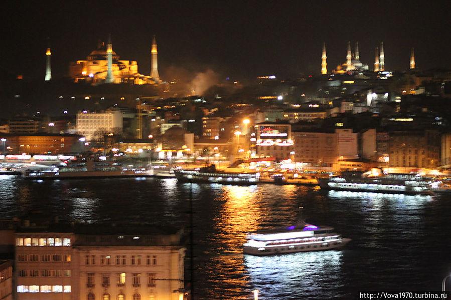 Вид на Айю Софию и Голубую мечеть вечером.