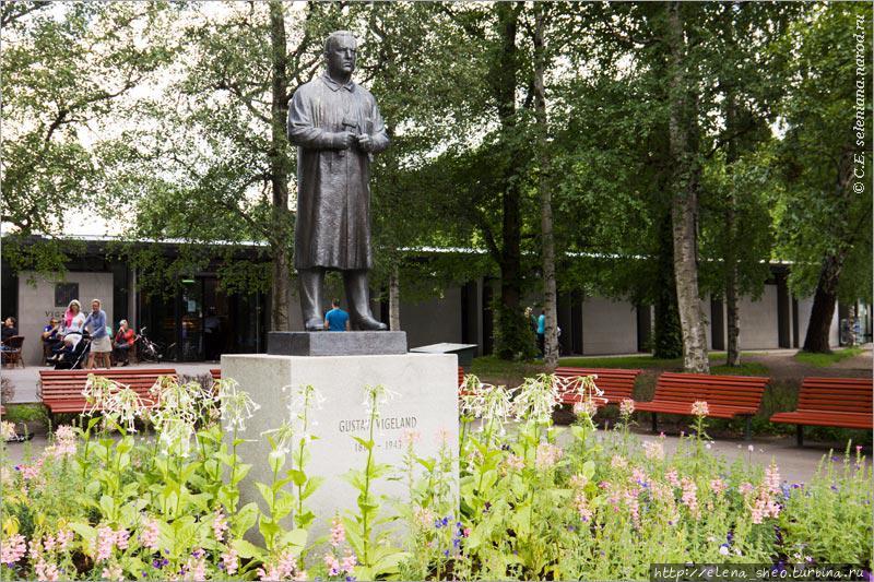 3. За воротами по правой стороне недалеко от входа стоит памятник Вигеланну. Он изображён в рабочем халате и с инструментами в руках.
