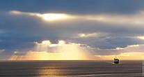 Восход солнца над морем. Погода на Азорах постоянно поражала и вдохновляла разнообразными световыми эффектами, которые в Санкт-Петербурге, например, можно увидеть раз в месяц, в лучшем случае.