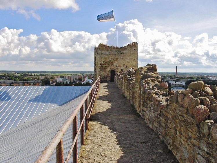 На крепостной стене
