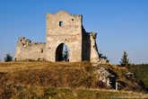 На долю крепости выпало довольно много передряг, поэтому теперь от нее мало что сохранилось.  Например, самые лучшие времена замок переживал с 1536 года, под чутким женским руководством княгини Боны, которая значительно его укрепила. В те времена замок имел три оборонительные башни и высокие стены с пушками, а внутри него размещались военные казармы, пороховницы и различные хозяйственные объекты.  Но, в 1648 году, казацкий полковник Максим Кривонос со своим войском, осадил Кременецкий замок. После продолжительного боя, польский военный гарнизон был захвачен в плен, а неприступная крепость почти полностью разрушена. После этого город перестал иметь оборонительное значение, а замок уже так никто и не пытался восстанавливать.  Сейчас от замка сохранились только руины надвратной башни, с готическим арочным проездом, башня над «новым домом», а также некоторые участки обрушенных крепостных стен.