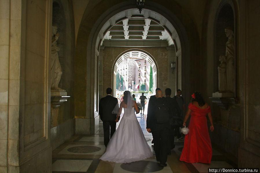 Как и полагается такому месту, кроме паломников и туристов есть и третья категория посетителей — молодожены. Как не получить благословение на брак от смугляночки... а что есть она его вдруг не даст? а они уже поженились... как быть?