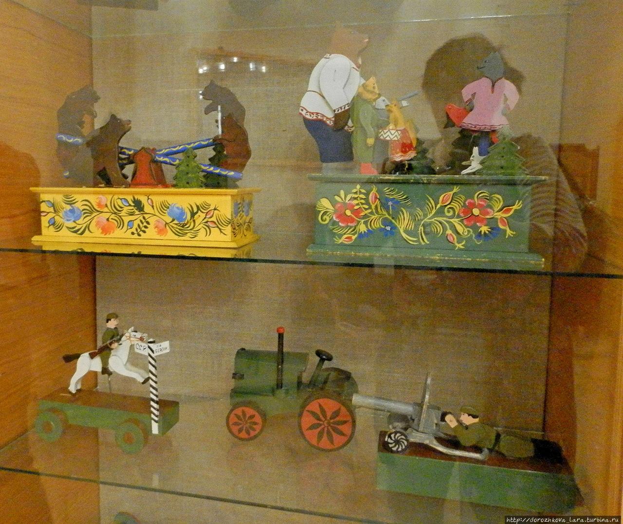 В Нижегородской области существовало несколько центров по изготовлению топорно-щепных игрушек. Самый ранний из них — Чкаловский. К ранним игрушкам конца XVIII — нач. XIX века относятся каталки-колёски, каталки-вертушки, меленки, кузнецы на подвижных планках.
