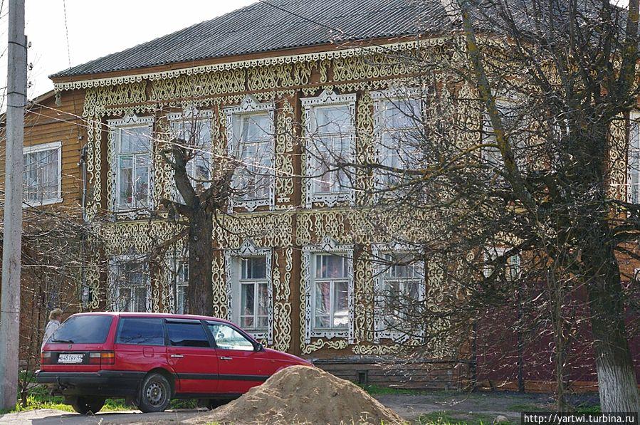 Фотографируем очень красочные деревянные дома по ул. Гагарина  — настоящие шедевры народного искусства резьбы по дереву. Солигалич, Россия