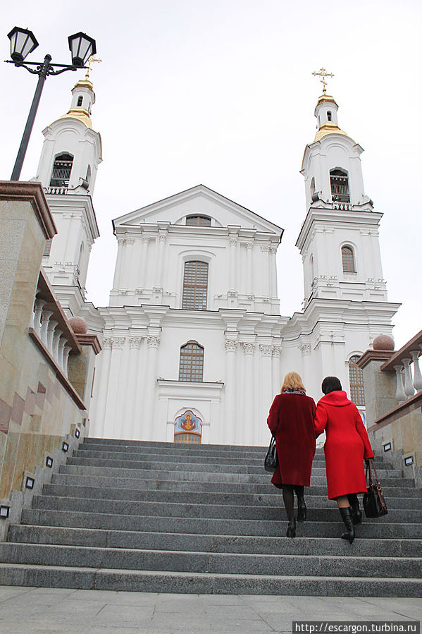 До собора надо подняться по лестнице(их две — со стороны улицы Толстого и со стороны набережной Западной Двины).